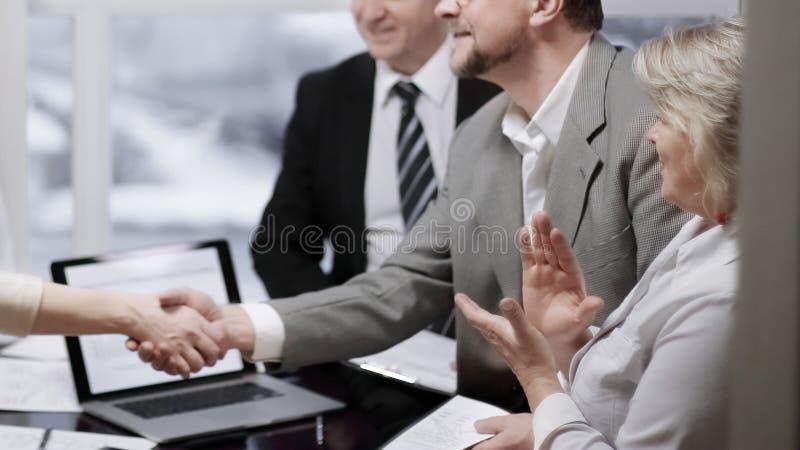 Χέρια τινάγματος διευθυντών και πελατών, που κάνουν την καλή διαπραγμάτευση στοκ εικόνες με δικαίωμα ελεύθερης χρήσης