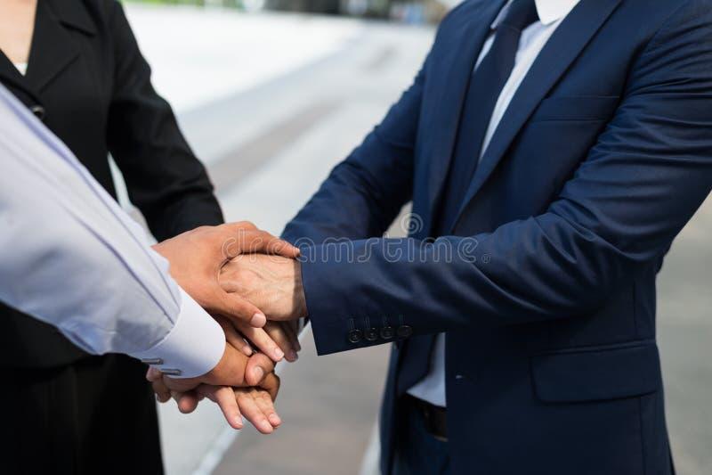Χέρια τινάγματος επιχειρηματιών και επιχειρηματιών για την επίδειξη της συμφωνίας τους για να υπογράψει τη συμφωνία ή τη σύμβαση  στοκ εικόνες