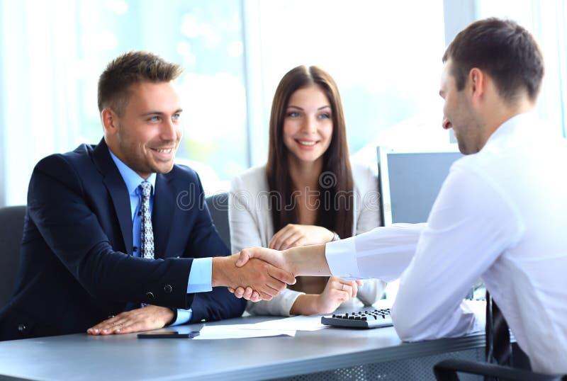 Χέρια τινάγματος επιχειρηματιών στοκ εικόνα