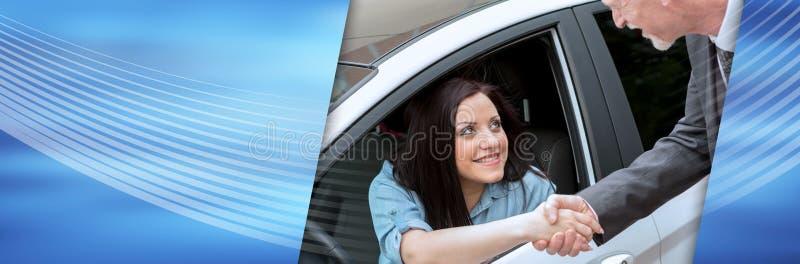 Χέρια τινάγματος πελατών και πωλητών αυτοκινήτων  πανοραμικό έμβλημα στοκ φωτογραφία με δικαίωμα ελεύθερης χρήσης