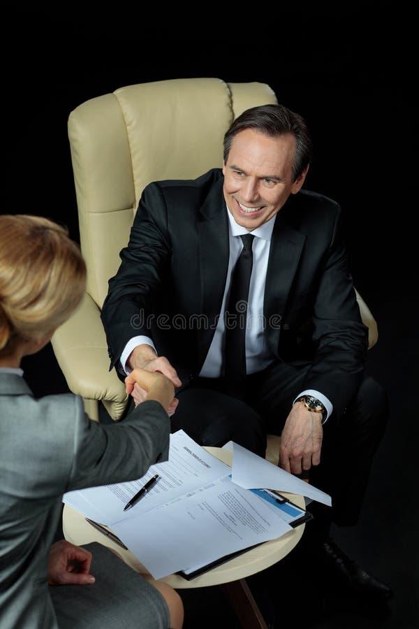 Χέρια τινάγματος Businesspeople μετά από να υπογράψει τα έγγραφα στοκ φωτογραφία με δικαίωμα ελεύθερης χρήσης