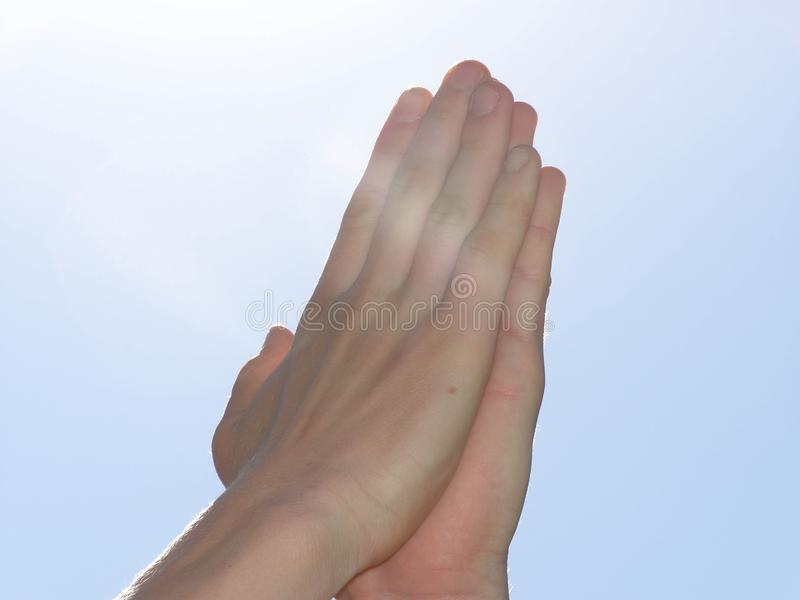 Χέρια τοποθετημένα μαζί στοκ εικόνα με δικαίωμα ελεύθερης χρήσης
