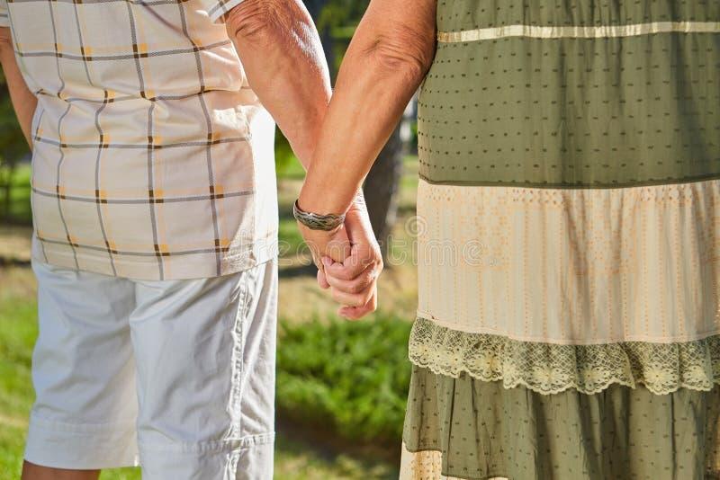 Χέρια του ανώτερου ζεύγους στοκ φωτογραφία με δικαίωμα ελεύθερης χρήσης