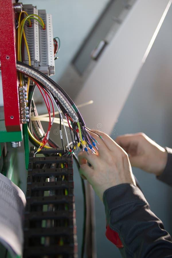 Χέρια του εξοπλισμού μετατροπής και δοκιμής μηχανικών ηλεκτρολόγων στοκ φωτογραφίες