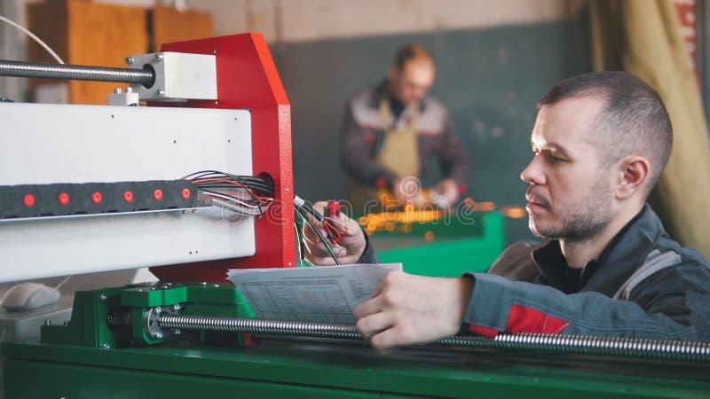 Χέρια του εξοπλισμού μετατροπής και δοκιμής μηχανικών ηλεκτρολόγων στοκ φωτογραφία με δικαίωμα ελεύθερης χρήσης