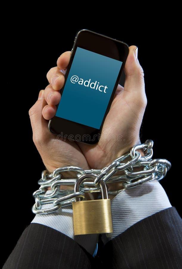 Χέρια του επιχειρηματία που εθίζονται στην αλυσίδα εργασίας που κλειδώνεται στον κινητό τηλεφωνικό εθισμό στοκ φωτογραφία με δικαίωμα ελεύθερης χρήσης