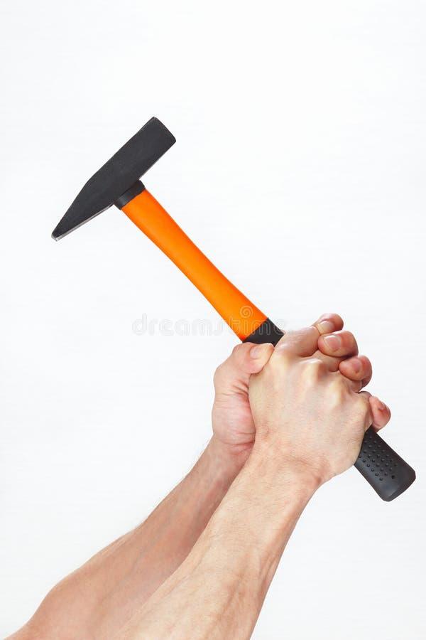 Χέρια του εργαζομένου που κρατά ένα σφυρί στοκ εικόνες με δικαίωμα ελεύθερης χρήσης
