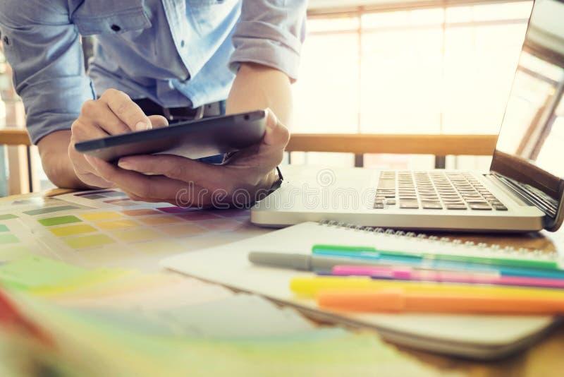 Χέρια του θηλυκού σύγχρονου γραφικού σχεδιαστή hipster στο γραφείο workin στοκ εικόνα
