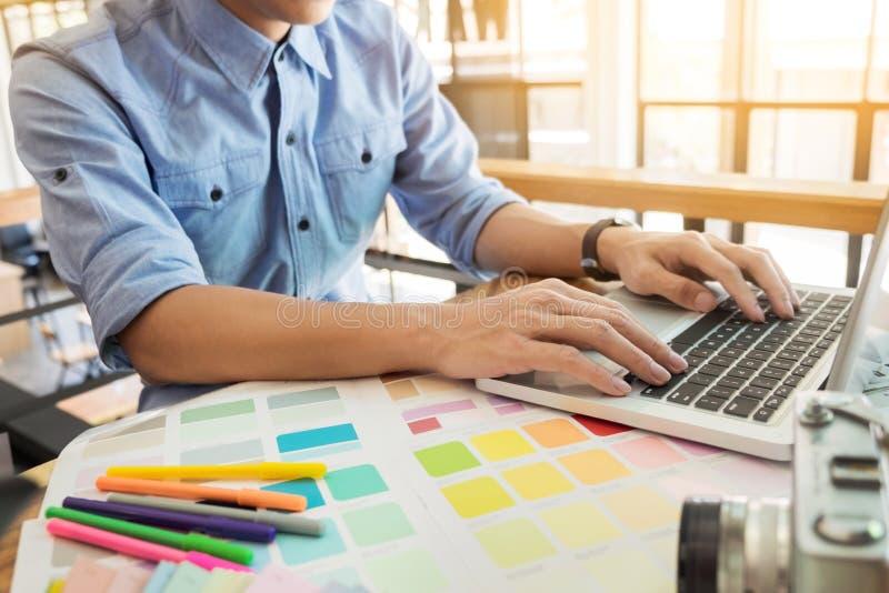 Χέρια του θηλυκού σύγχρονου γραφικού σχεδιαστή hipster στο γραφείο workin στοκ εικόνες