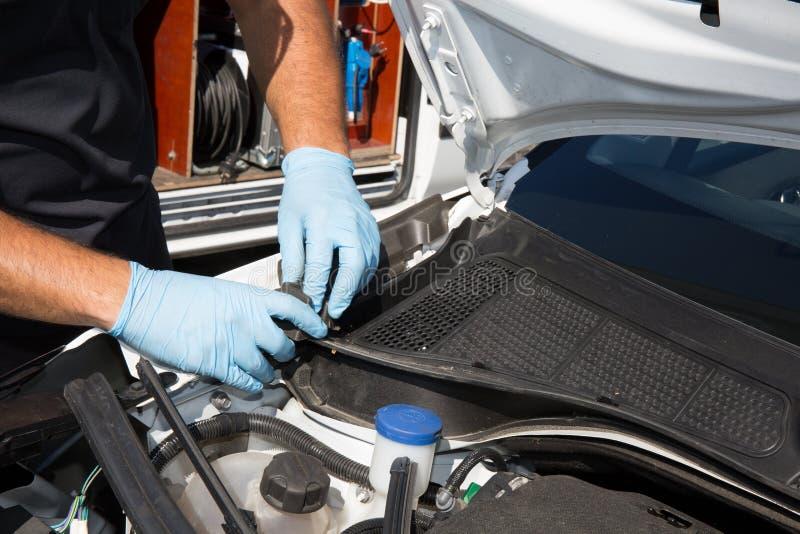 Χέρια του μηχανικού αυτοκινήτων στην αυτόματη υπηρεσία επισκευής στοκ φωτογραφία