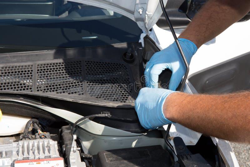 Χέρια του μηχανικού αυτοκινήτων στην αυτόματη υπηρεσία επισκευής στοκ εικόνα