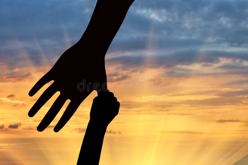 Χέρια του παιδιού και του γονέα στοκ εικόνες