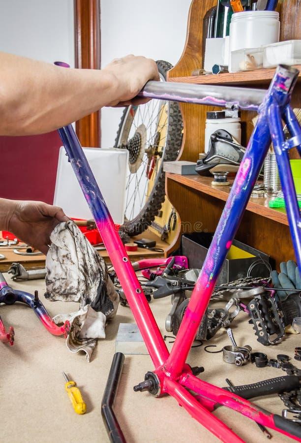 Χέρια του πραγματικού ποδηλάτου πλαισίων ποδηλάτων μηχανικού καθαρίζοντας στοκ φωτογραφία με δικαίωμα ελεύθερης χρήσης