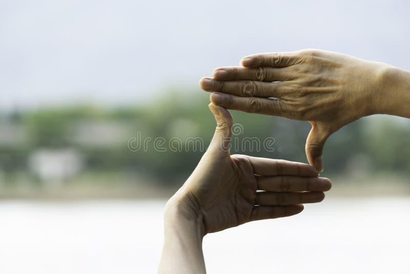 Χέρια του προσώπου που κάνει την απόσταση ή το σύμβολο πλαισίων στη φύση στοκ φωτογραφία με δικαίωμα ελεύθερης χρήσης