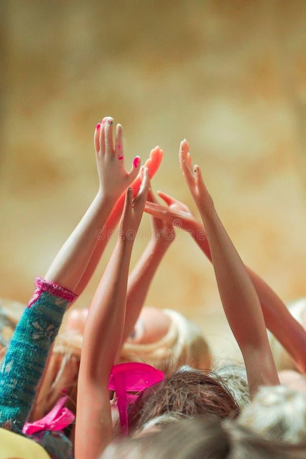 Χέρια των αυξημένων κουκλών που ενώνονται από κοινού στοκ εικόνες