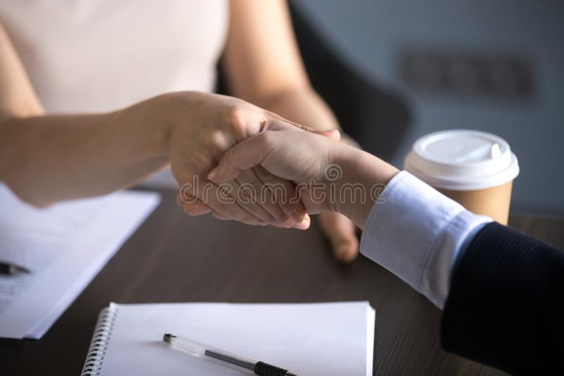 Χέρια των επιχειρησιακών γυναικών που τινάζουν κάνοντας τη διαπραγμάτευση συνεργασίας, σεβασμός στοκ φωτογραφία με δικαίωμα ελεύθερης χρήσης
