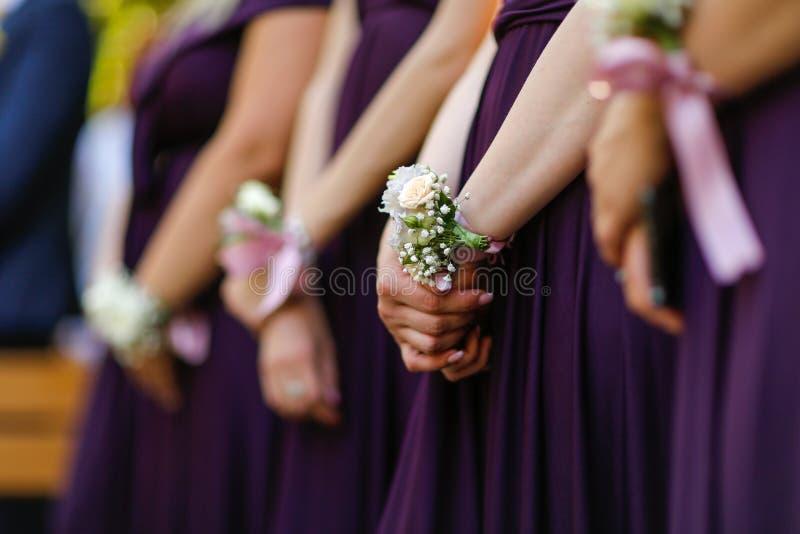 Χέρια των παράνυμφων με το βραχιόλι λουλουδιών στοκ φωτογραφία με δικαίωμα ελεύθερης χρήσης