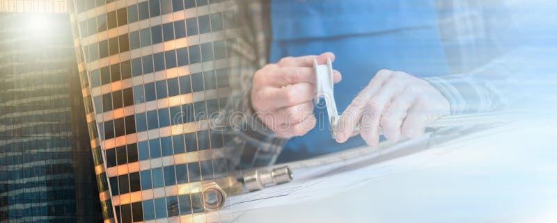 Χέρια υδραυλικού που χρησιμοποιούν την ταινία σφραγίδων νημάτων  πολλαπλάσια έκθεση στοκ φωτογραφίες με δικαίωμα ελεύθερης χρήσης