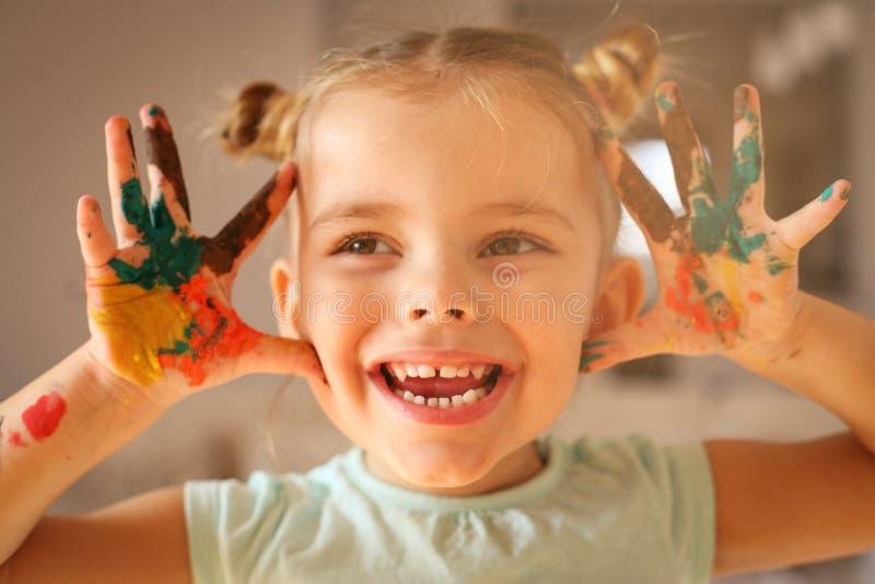 Χέρια χρωμάτων Ευτυχία και χαμόγελο στοκ φωτογραφίες