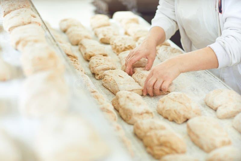 Χέρια Baker που προετοιμάζουν τη ζύμη για το ψωμί ψησίματος στοκ φωτογραφία με δικαίωμα ελεύθερης χρήσης
