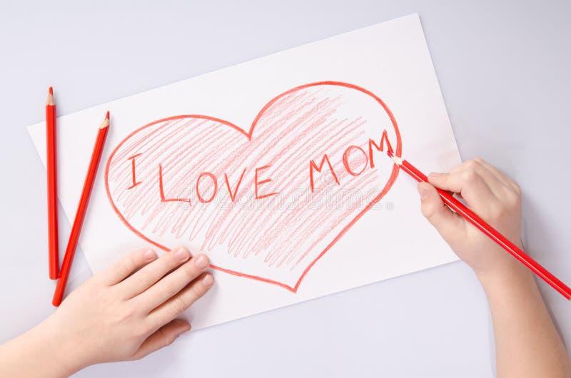 Χέρια Childs που σύρουν μια καρδιά που λέει την αγάπη Ι mom στοκ φωτογραφία με δικαίωμα ελεύθερης χρήσης