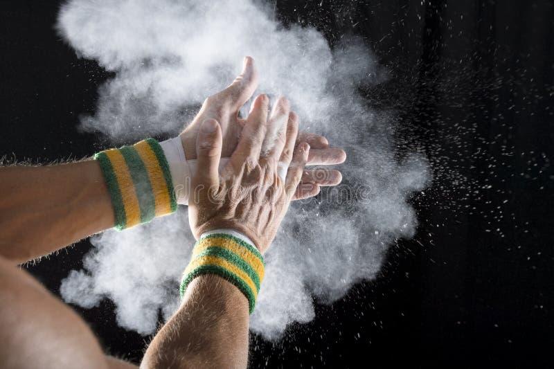 Χέρια Gymnast που χτυπά την κιμωλία στοκ εικόνα