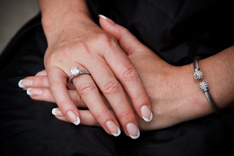 Download χέρια S κινηματογραφήσεων &si Στοκ Εικόνα - εικόνα από δαχτυλίδι, ασήμι: 13185731