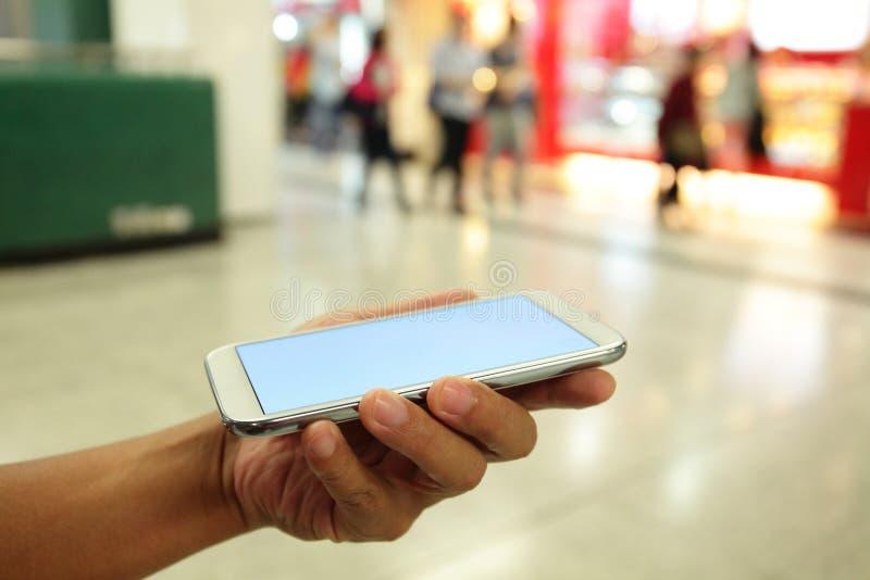 Χέρι ατόμων που κρατά το έξυπνο τηλέφωνο στοκ εικόνα με δικαίωμα ελεύθερης χρήσης