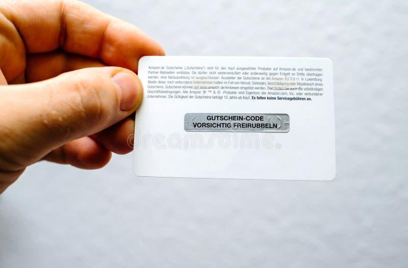 Χέρι ατόμων που κρατά το οπίσθιο μέρος μιας κάρτας δώρων του Αμαζονίου στοκ εικόνες με δικαίωμα ελεύθερης χρήσης
