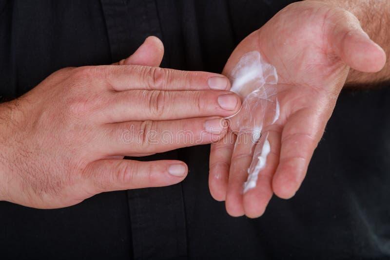 Χέρι ατόμων Cosmetician με την κρέμα σε ετοιμότητα στοκ φωτογραφία με δικαίωμα ελεύθερης χρήσης