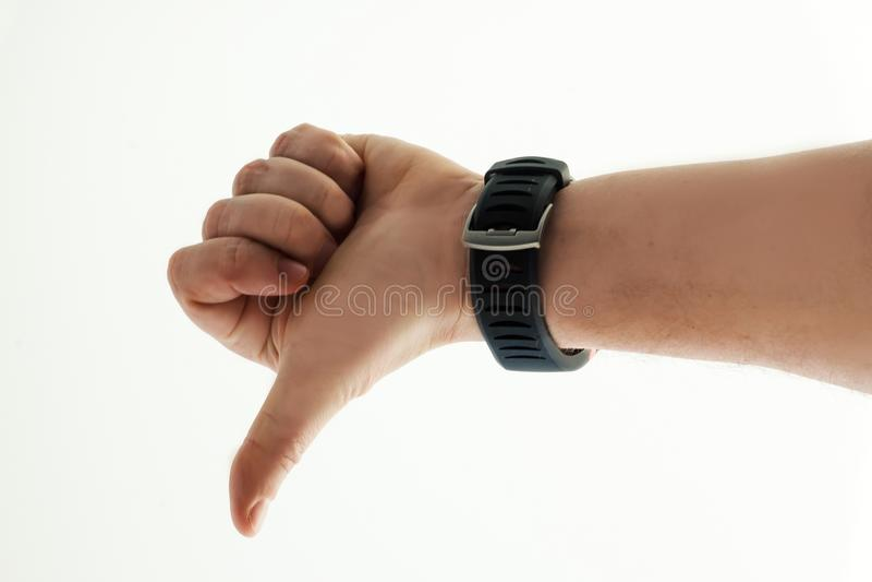 Χέρι ατόμων ` s με το έξυπνο ρολόι στο άσπρο υπόβαθρο κάτω αντίχειρες Ανθρώπινη συγκίνηση στοκ εικόνες