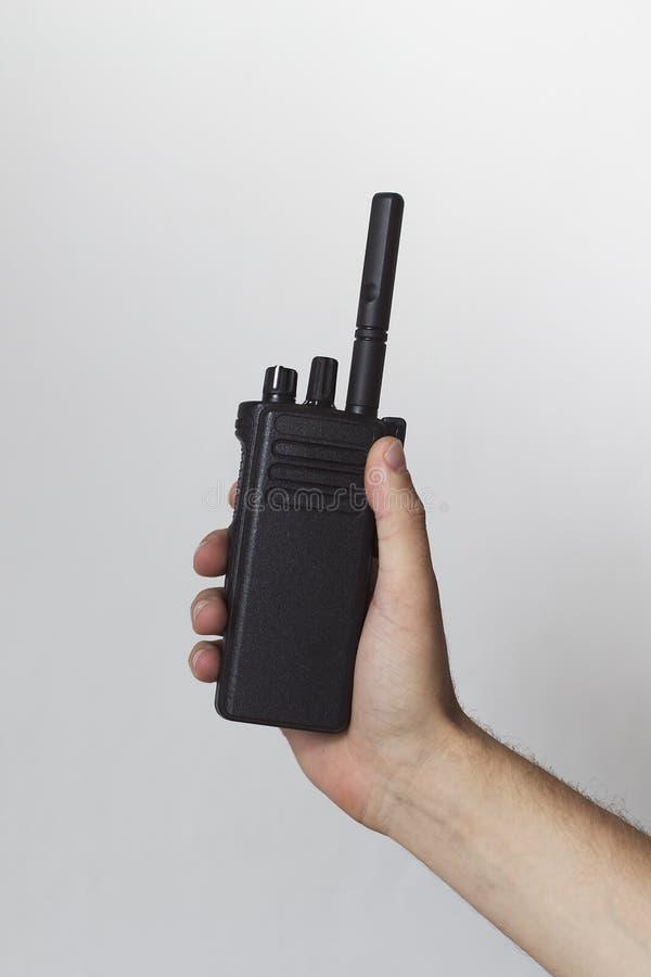 Χέρι ατόμων ` s που κρατά φορητό walkie-talkie στοκ φωτογραφία με δικαίωμα ελεύθερης χρήσης