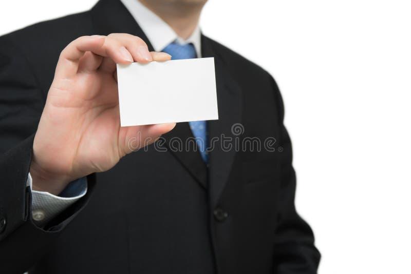 Χέρι ατόμων ` s που παρουσιάζει επαγγελματική κάρτα - κινηματογράφηση σε πρώτο πλάνο που πυροβολείται στο άσπρο υπόβαθρο στοκ φωτογραφίες με δικαίωμα ελεύθερης χρήσης
