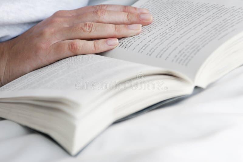 χέρι βιβλίων ανοικτό στοκ εικόνες με δικαίωμα ελεύθερης χρήσης
