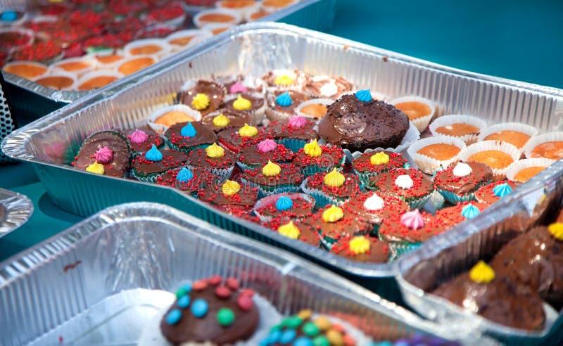 Χέρι - γίνοντη σοκολάτα cupcakes στοκ φωτογραφίες με δικαίωμα ελεύθερης χρήσης