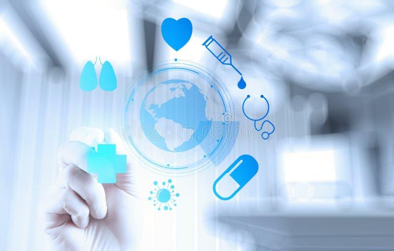 Χέρι γιατρών ιατρικής που λειτουργεί με τη σύγχρονη διεπαφή υπολογιστών στοκ εικόνα με δικαίωμα ελεύθερης χρήσης