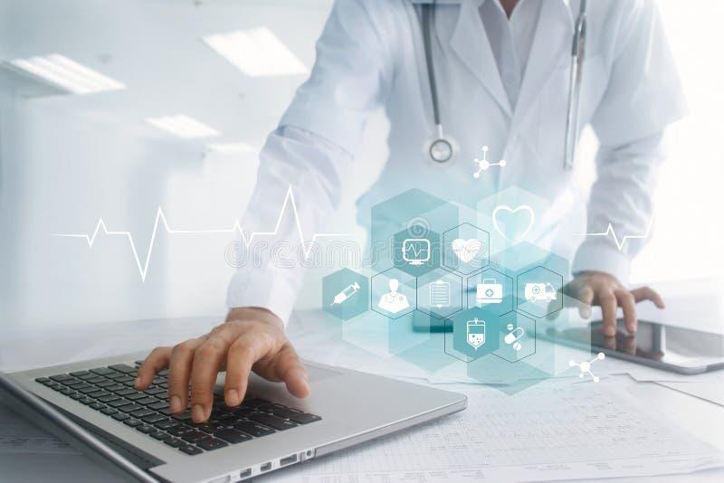 Χέρι γιατρών ιατρικής σχετικά με τη διεπαφή υπολογιστών lap-top και ταμπλετών στοκ φωτογραφία με δικαίωμα ελεύθερης χρήσης
