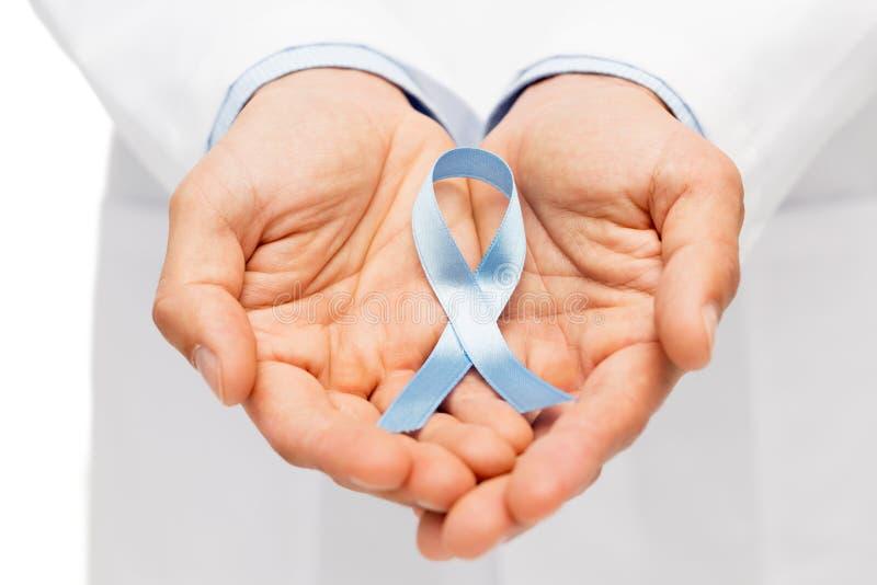 Χέρι γιατρών με την προστατική κορδέλλα συνειδητοποίησης καρκίνου στοκ εικόνες με δικαίωμα ελεύθερης χρήσης