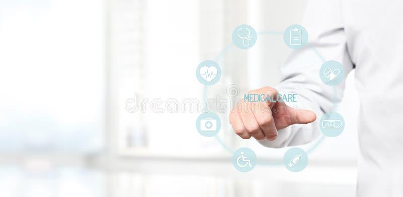 Χέρι γιατρών σχετικά με τα ιατρικά εικονίδια στην εικονική οθόνη στοκ εικόνα με δικαίωμα ελεύθερης χρήσης