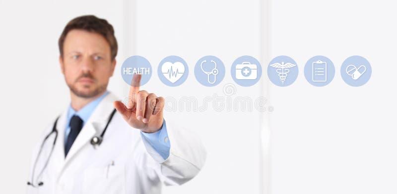 Χέρι γιατρών σχετικά με τα ιατρικά εικονίδια στην οθόνη στοκ φωτογραφίες με δικαίωμα ελεύθερης χρήσης