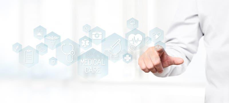 Χέρι γιατρών σχετικά με τα ιατρικά εικονίδια στην οθόνη στοκ φωτογραφίες