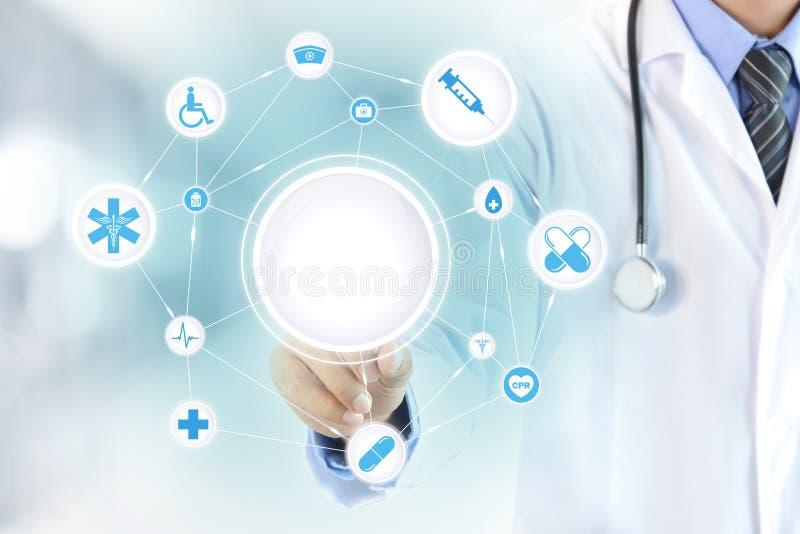 Χέρι γιατρών σχετικά με τον κενό κύκλο στην εικονική οθόνη στοκ φωτογραφίες με δικαίωμα ελεύθερης χρήσης