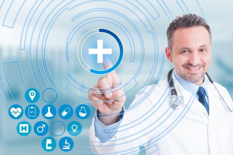 Χέρι γιατρών σχετικά με το διαγώνιο εικονίδιο πρώτων βοηθειών στην εικονική οθόνη στοκ εικόνες