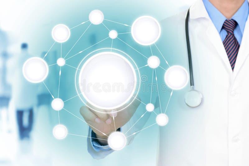 Χέρι γιατρών σχετικά με το κενό δίκτυο στην εικονική οθόνη στοκ εικόνα με δικαίωμα ελεύθερης χρήσης
