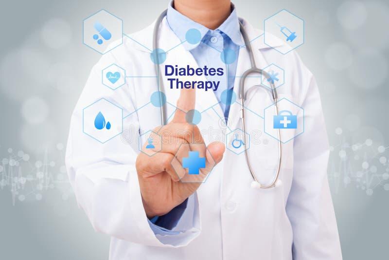 Χέρι γιατρών σχετικά με το σημάδι θεραπείας διαβήτη στην εικονική οθόνη στοκ φωτογραφίες με δικαίωμα ελεύθερης χρήσης