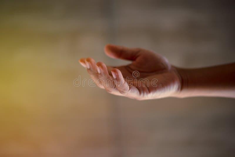 Χέρι-χέρι για να εκφράσει την ειλικρίνεια και την αμοιβαία συμφωνία στοκ εικόνες