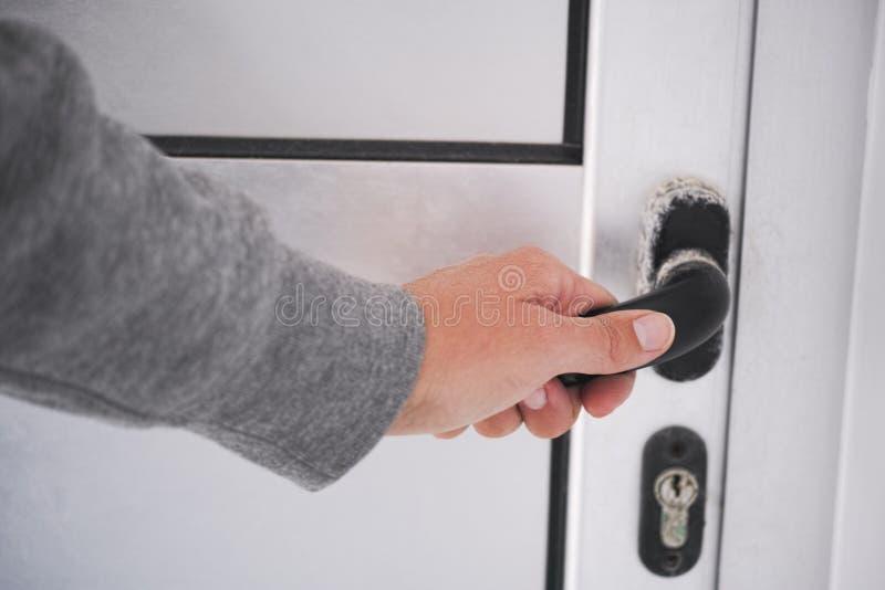 Χέρι γυναίκας με τη λαβή πορτών στοκ φωτογραφία με δικαίωμα ελεύθερης χρήσης