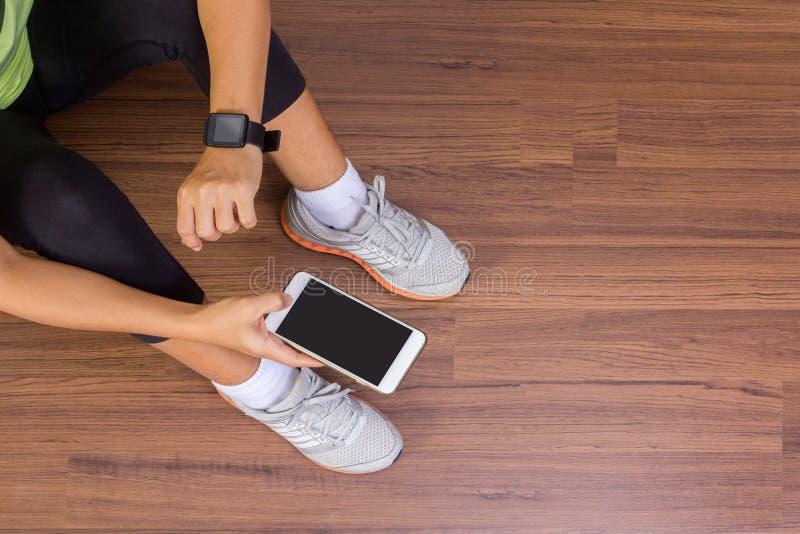 Χέρι γυναικών ικανότητας με τη φθορά της οθόνης επαφής ζωνών ρολογιών smartwatch στοκ φωτογραφία