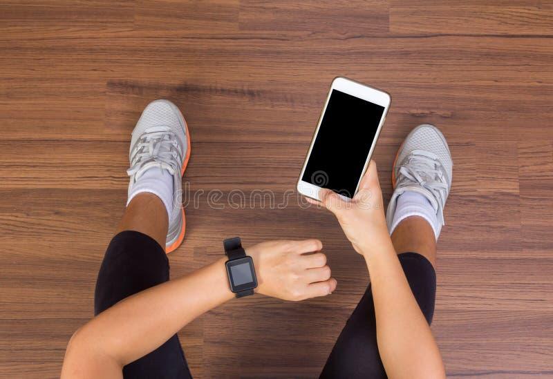 Χέρι γυναικών ικανότητας με τη φθορά της οθόνης επαφής ζωνών ρολογιών smartwatch στοκ φωτογραφίες με δικαίωμα ελεύθερης χρήσης