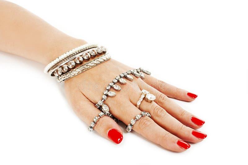 Χέρι γυναικών με τα ασημένια βραχιόλια στοκ εικόνα με δικαίωμα ελεύθερης χρήσης